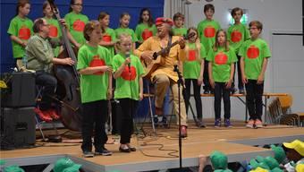Der Bündner Liedermacher Linard Bardill inmitten der Kinder.