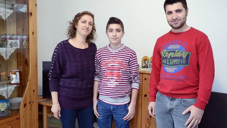 Eine syrische Familie posiert für den Fotografen in der Asylunterkunft Aarburg.