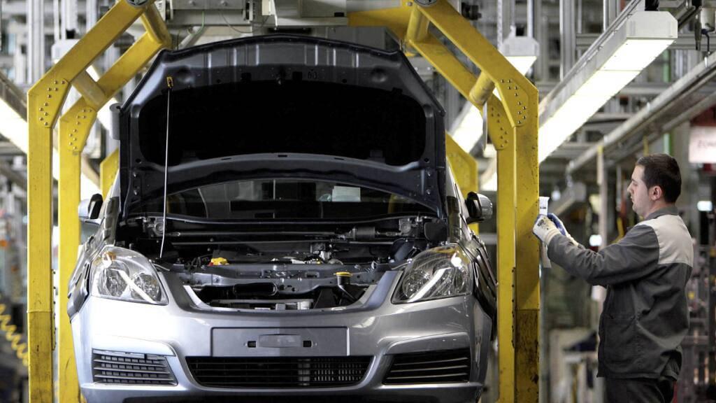 Ein Opel-Mitarbeiter kontrolliert im Opel-Werk in Bochum einen unfertigen Opel (Archivbild).