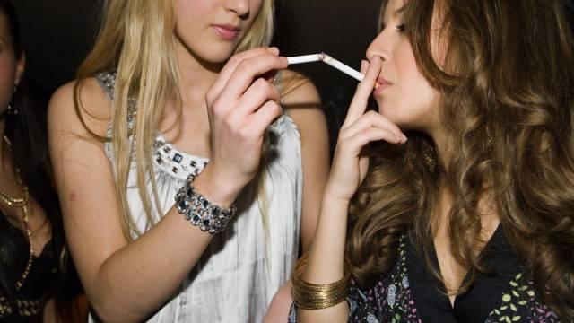 Im Visier der EU: Jugendliche Raucherinnen. (Archiv)
