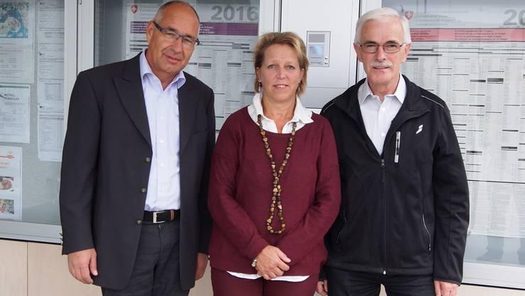 Die neue Gemeinderätin von Mettauertal, Verena Schmid-Weibel, flankiert von Gemeindepräsident Peter Weber (links) und Vizepräsident Robert Keller.