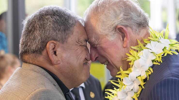 """Prinz Charles und ein Maori begrüssen sich mit dem """"Hongi"""", dem traditionellen Nasenreiben in Neuseeland."""