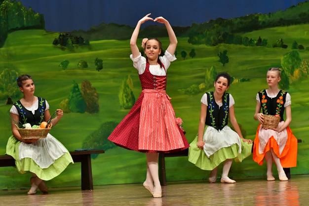 Pechmarie (gespielt von Sabrina Iseli) bei einem Tänzchen