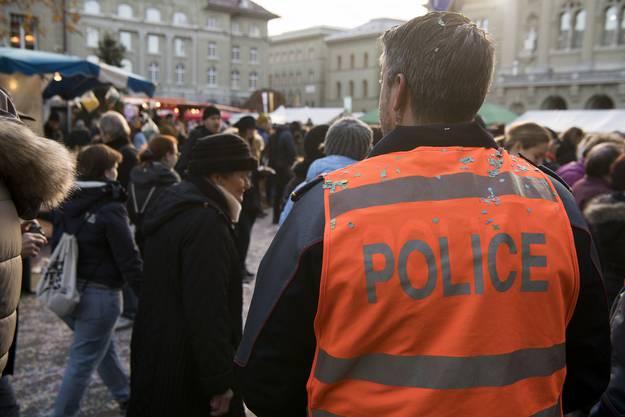 Ein Polizist überwacht das Geschehen.