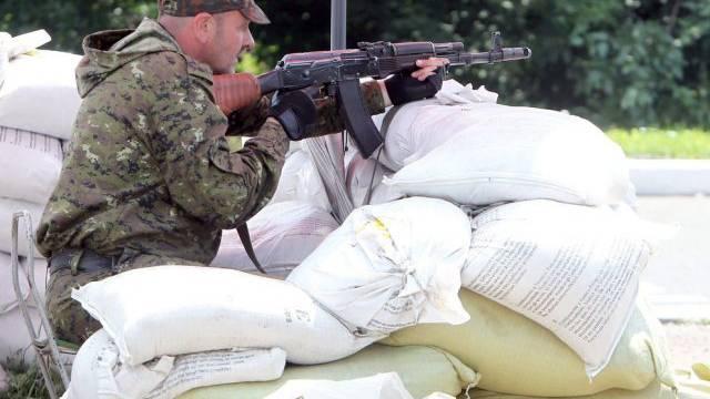 Russischer Separatist an einem Checkpoint Donetsk (Archiv)