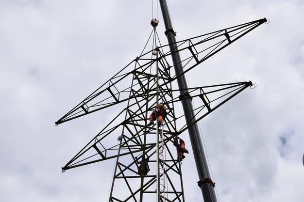Die alte 220-Kilovolt-Freileitung wird demontiert, insgesamt 19 Masten werden – wie hier in Riniken – abgebaut.