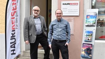 Walter Kunz (links) und Hansruedi Hauri junior vor der Filiale von Hauri Reisen in Olten.