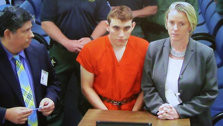 Der von der Polizei festgenommene Schütze des Schulmassakers im US-Bundesstaat Florida (Mitte) hat die Taten gestanden.