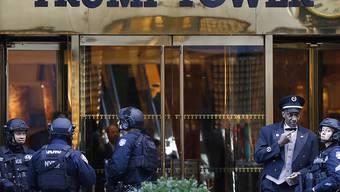 Vorfall im Trump Tower: Ordnungskräfte lotsen Menschen aus dem Gebäude in New York. (Archivbild)