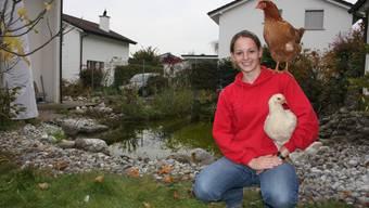 Nina Waser hat für ihre Maturarbeit Hühner aufgezogen und auch dressiert