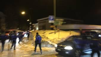 WEF 2018: Polizisten jagen Jugendliche