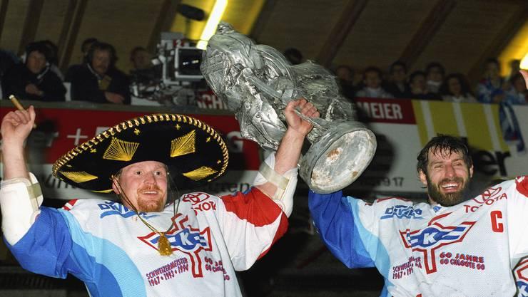 Roman Wäger (links) und Felix Hollenstein feiern 1994 den Schweizer Meistertitel.