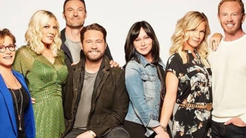 """Eine Crew in den Startlöchern: Ein neuer Trailer zeigt die vorfreudigen Protagonisten der Kultserie """"Beverly Hills, 90210"""", die im August als Neuauflage ins US-Fernsehen kommt. (Instagram)"""