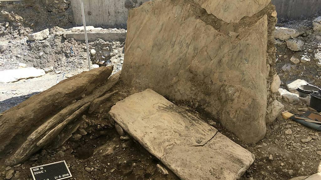 Die Grabstätte von Don Bosco bei ihrer Freilegung. Nur eine der Steinplatten der Grabkammer befindet sich noch in ihrer ursprünglichen, aufrechten Position, die anderen wurden von den Überschwemmungen der Sionne umgerissen. (Bild: Dienststelle Archäologie Wallis)