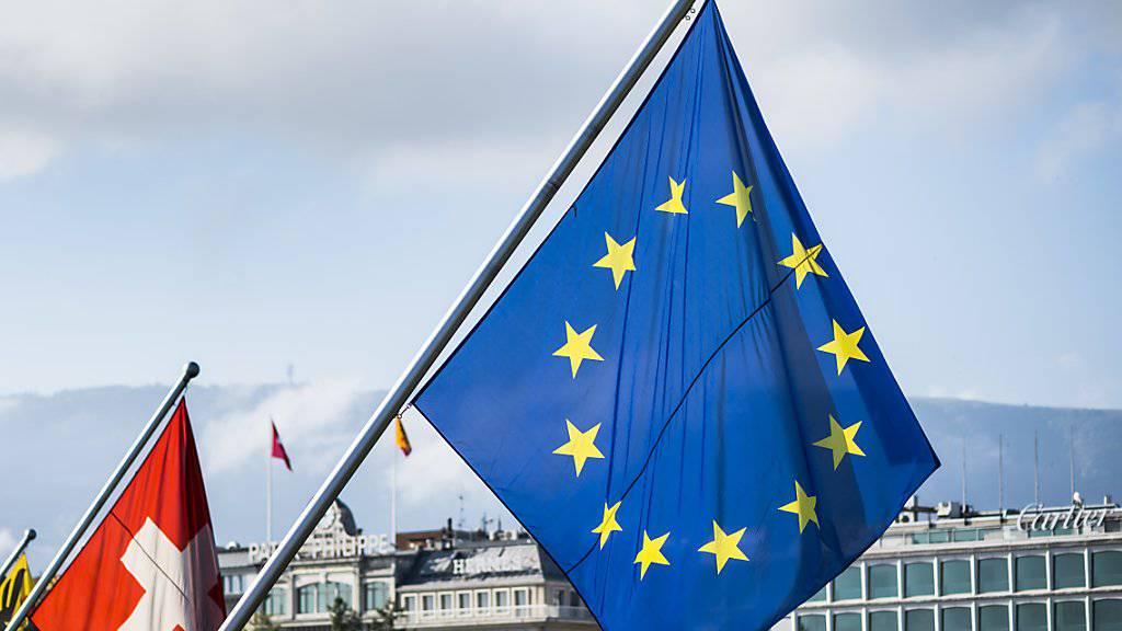 Schweizer und EU-Fahne in Genf. (Symbolbild)