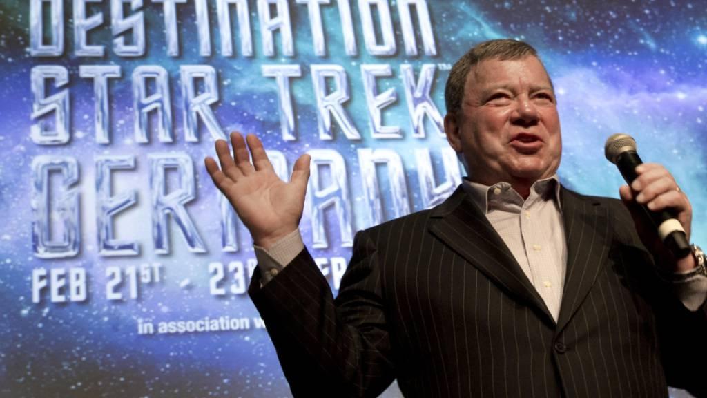 ARCHIV - Schauspieler William Shatner, bekannt geworden als «Captain Kirk» in der Fernsehserie «Star Trek», spricht auf einer Pressekonferenz. Foto: picture alliance / dpa