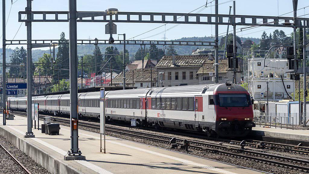 Die SBB untersuchen einen Vorfall am Bahnhof Morges VD, bei dem ein Zug zu spät anhielt und die Fahrgäste zwischen zwei Geleisen aussteigen mussten. (Symbolbild)