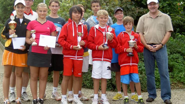 Die Sieger und Finalisten des «Dino Cup» mit Juniorenobmann Guido Bleuel (links hinten) und Rudolf Umbricht von der Aargauischen Kantonalbank (rechts). Foto