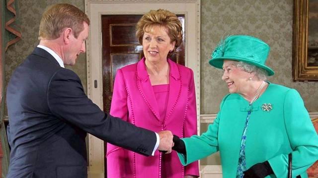 Premier Enda Kenny, Präsidentin Mary McAleese und Queen Elisabeth II. (v.l.n.r.)