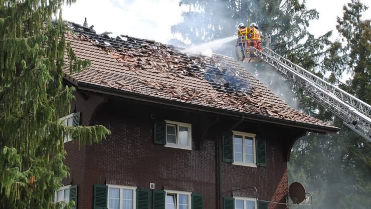 Beim Brand eines Mehrfamilienhauses in Reiden LU ist starker Rauch aus dem Dachstock gedrungen.