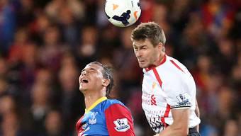 Steven Gerrard (rechts) im Kopfballduell gegen Crystals Chamakh.