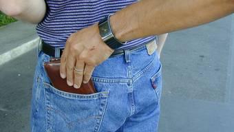 Weil sich Taschendiebstähle beim Rheinfall häufen führt die Kantonspolizei Zürich vermehrt Kontrollen durch. (Symbolbild)