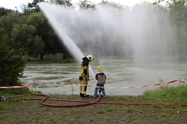 Die Kinder durften auch die Wasserspritze bedienen
