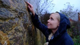 Geologin Lea Kiefer weiss die Oberflächenstruktur des Gesteins zu deuten: Die Linien stammen von Schlammschichten, die im flachen Meer abgelagert wurden.
