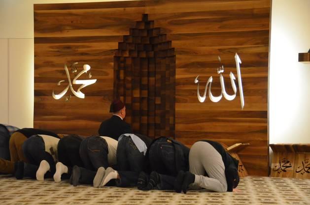 Der Iman Sakib Halilovic betet mit den anwesenden Muslimen