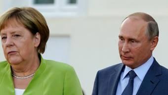 Die deutsche Kanzlerin Angela Merkel (links) und Russlands Präsident Wladimir Putin bei ihrem Treffen in der Nähe von Berlin.