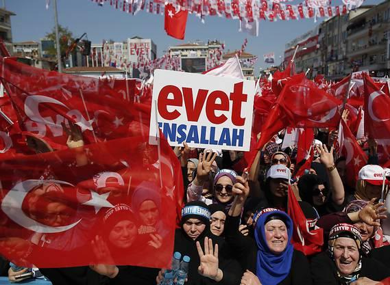 """Anhänger Erdogans werben bei einer Abstimmungsveranstaltung in Istanbul für ein """"Ja"""" bei der Verfassungsreform."""