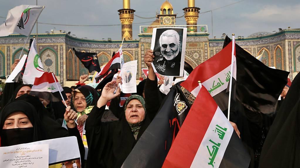 Proteste gegen die Tötung des iranischen Generals Kassem Soleimani durch die USA im Januar in Kerbela. Nach einem blutigen Raketenangriff auf einen US-Stützpunkt im Irak haben die USA mehrere Vergeltungsschläge gegen schiitische Milizen durchgeführt. (Foto: Khalid Mohammed / AP Keystone-SDA)
