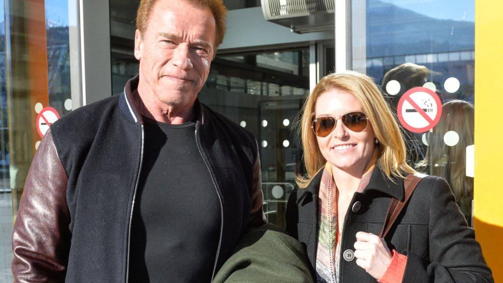 Arnold Schwarzenegger mit Freundin Heather Milligan am Freitag, nach ihrer Ankunft am Flughafen in Innsbruck. Schwarzenegger ist Stammgast beim Hahnenkammrennen in Kitzbühel.