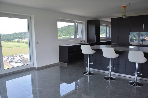 Die modern eingerichtete Küche wird mit Licht durchflutet.