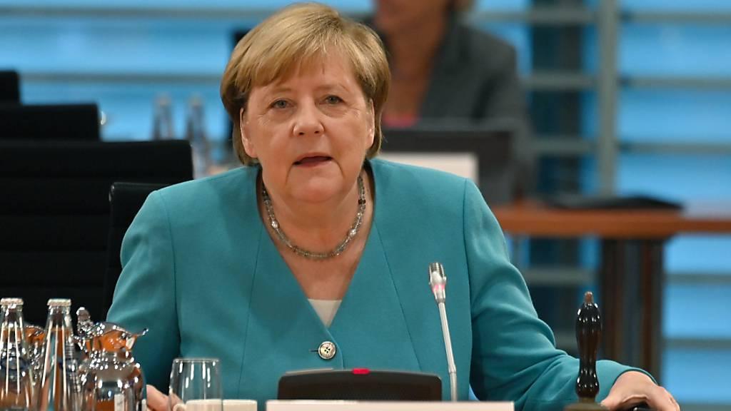 Bundeskanzlerin Angela Merkel bereitet sich darauf vor, die wöchentliche Kabinettssitzung im Kanzleramt zu leiten. Foto: John Macdougall/AFP POOL/dpa