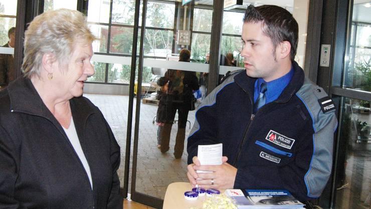 Stadtpolizist Kilian Messerli im Gespräch mit einer Passantin