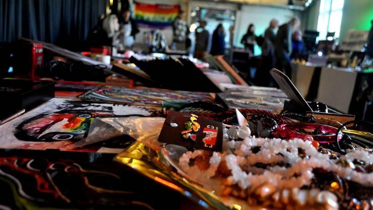 Am Kunst- und Flohmarkt stellen lokale Künstler ihre Werke aus.