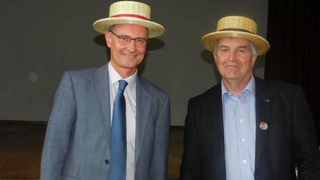 Gemeinderat Ruedi Donat (rechts) überreichte Gastreferent Daniel Kolb den obligaten Wohler Strohhut.