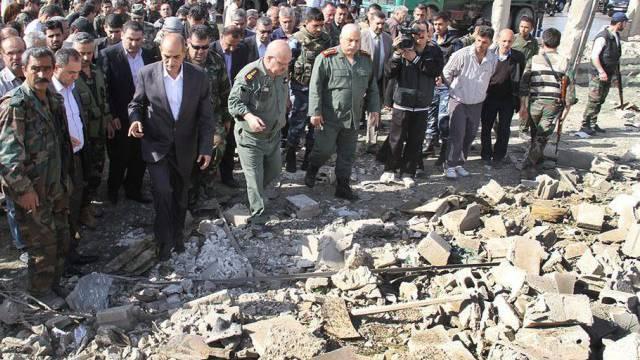 Bewohner von Hama betrachten Zerstörungen einer Autobombe (Archiv)