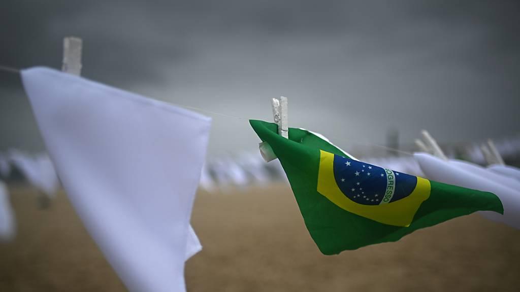 Weiße Taschentücher am Strand Copacabana sollen an die vielen Corona-Toten in Brasilien erinnern. Foto: Andre Borges/dpa