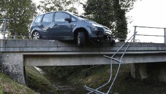 Der Wagen prallte erst gegen das linke Brückengeländer, wurde dort abgewiesen und durchbrach teilweise das rechte Brückengeländer.