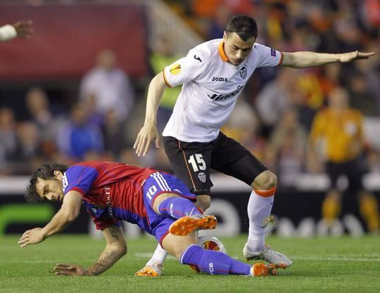 Matias Delgado im Zweikampf mit Javi Fuego.