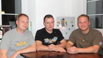 Ronnie Binder, Roger Schmid und Lucas Kohler (v. l.) am Küchentisch in ihrer WG.  mf