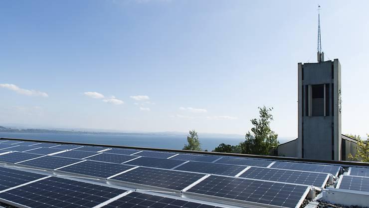Die Installation von Solarmodulen und andere Produkte und Dienstleistungen des Umweltsektors beflügeln laut Schätzungen des Bundesamts für Statistik die Wirtschaft. (Archivbild)