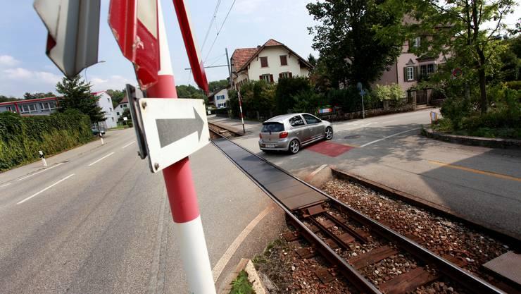 Heute sind die Bahnübergänge mit Andreaskreuz und Blinklicht gesichert. Hanspeter Bärtschi