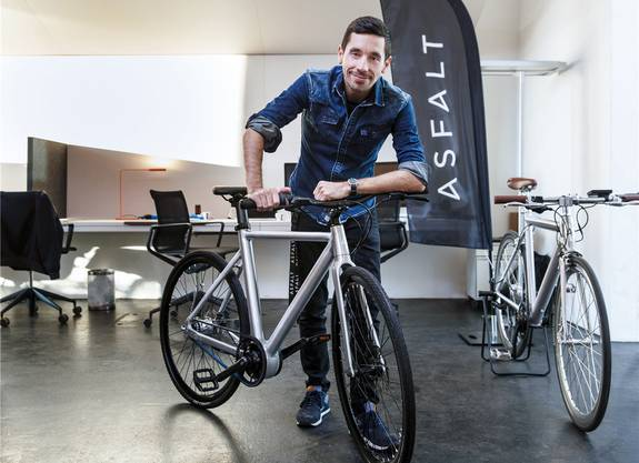 «Asfalt»-Mitgründer David Oreiro mit dem E-Bike. (Archiv)