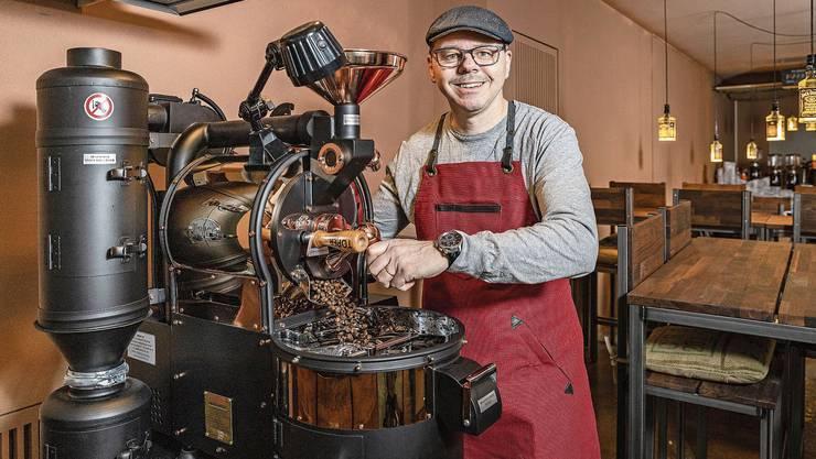 Kaffeerösten verlangt viel Fingerspitzengefühl, sagt Marco Briotti und demonstriert die hauseigene Röstmaschine.