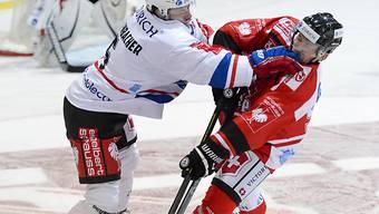 ZSC-Spieler Severin Blindenbacher hält sich Tomas Dolana vom Leib.