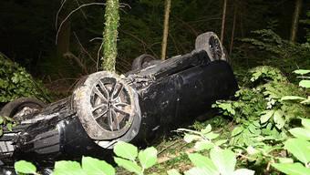 Die Lenkerin dieses Wagens hatte grosses Glück: Sie kletterte nach einem Überschlag unverletzt aus dem Auto.