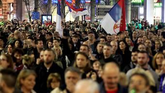 Den 14. Samstag in Folge forderten tausende Menschen in Belgrad freie Medien und faire Rahmenbedingungen für Wahlen.